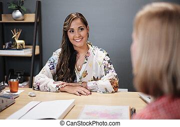 fregueses, mulher, escritório, trabalhando, falando, conselheiro, investimento