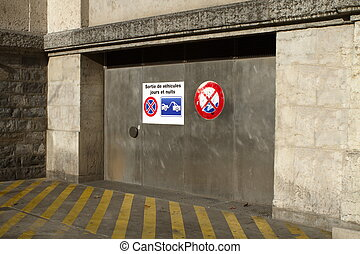 French tow away sign on parking door