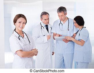 frente, equipe, médico feminino