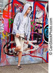 frente, hombre, grafiti, joven, cool-looking