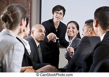 frente, mujer, diverso, businesspeople, conversar