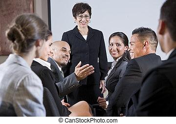 frente, mulher, diverso, businesspeople, conversando