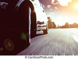 frente, vista lateral, de, negro, coche, conducir rápido