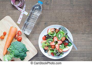 fresco, ensalada, con, fresas, kiwi, tomates, y, manzanas, withbottle, de, agua, dieta, y, condición física, concepto