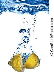 fresco, limón, caído, en, agua, con, burbujas, aislado, blanco