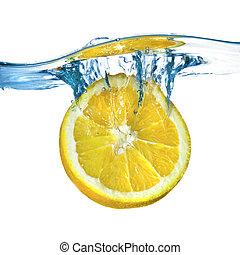 fresco, limón, caído, en, agua, con, salpicadura, aislado, blanco