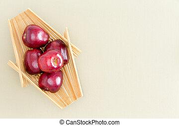 fresco, manzanas rojas, en, bandeja de madera, en la mesa