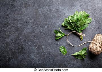 fresco, menta, hojas, hierba, en, piedra