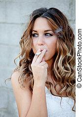 fresco, mulher jovem, fumar, um, charuto