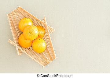fresco, naranjas, en, bandeja de madera, en la mesa