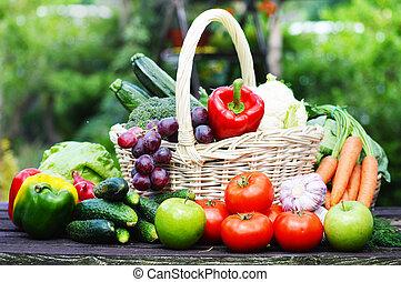 fresco, orgánico, vegetales, en, cesta de mimbre, en el jardín