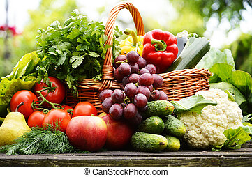 fresco, orgánico, vegetales, en, cesta de mimbre, en el...