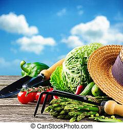 fresco, orgánico, vegetales, y, herramientas de jardín