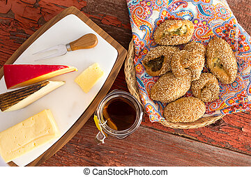fresco, poacha, pasteles, y queso, en, un, tabla de madera