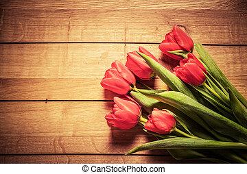 fresco, tulipán rojo, flores, ramo, en, wood., vendimia