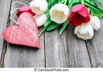 fresco, tulips, com, um, coração vermelho