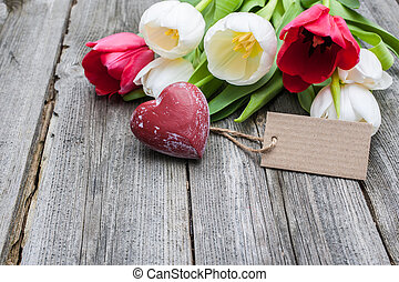 fresco, tulips, e, coração vermelho, com, um, tag