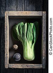 fresco, verde, choi de pak, y, pesas, en, un, caja de madera