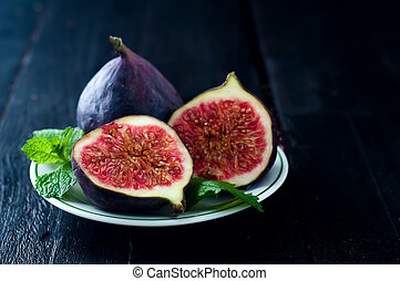fresh figs in a plate on rustic wooden table