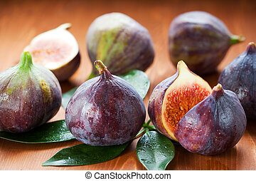 fresh figs - Several whole figs and one halved fig