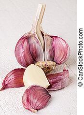 Fresh garlic bulb with loose cloves - Fresh uncooked garlic...