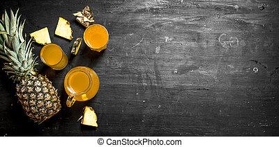 Fresh pineapple juice .