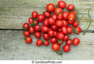 Fresh red tomatos on a wooden board