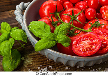 Fresh tomatoes in a bowl