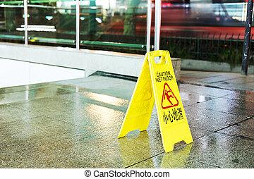 freshly, mopped, corredor, com, um, sinal cuidado, em,...