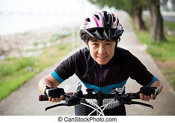 freudig, ältere frau, fahren fahrrads