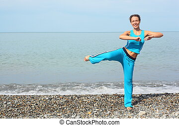 freudig, frau, tragen, sportliche , clothers, gleichfalls, machen, übung, auf, see küste