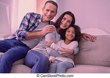 freudig, glückliche familie, sitzen zusammen, sofa