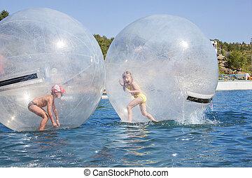 freudig, kinder, in, a, balloon, schwimmend, auf, water.