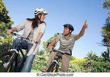 freudig, paar, mit, ihr, fahrräder
