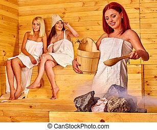 frau entspannung sauna frau gruppe sauna entspannend leute weibliche bucket besitz. Black Bedroom Furniture Sets. Home Design Ideas