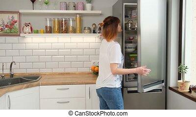 fridge., plat, femme, prend, roux