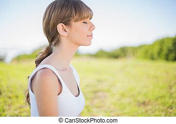 friedlich, junge frau, entspannend, draußen