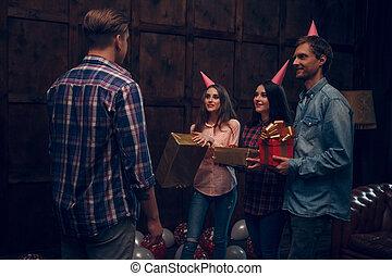 friend., dare, presenta, loro, strabiliante, compleanno, amici, celebrare