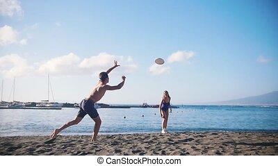friend., sien, frisbee, jeune, sable, disque, attraper, femme, tomber, plage, jouer, homme