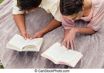 friends, ansicht, während, lesende , erhöht, decke, zwei