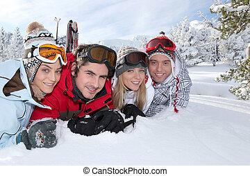 friends, auf, a, fahren feiertag schi, zusammen