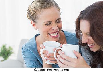 friends, bersten, heraus, lachender, während, kaffee hat