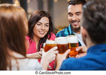 friends, biertrinker, und, clinking brille, an, kneipe