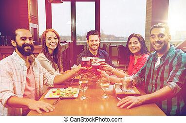 friends, essen, und, biertrinker, an, gasthaus