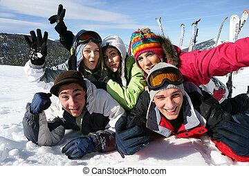 friends, feiertag, gruppe, ski fahrend
