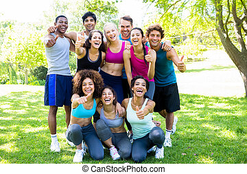 friends, in, sportkleidung, ausstellung, daumen hoch