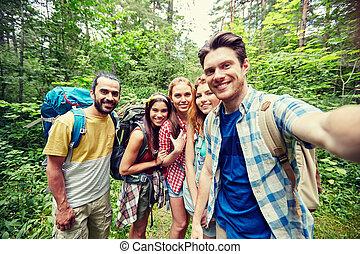 friends, mit, rucksack, nehmen, selfie, in, holz