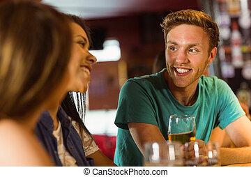 friends, sprechende , bier, lächeln, trinken