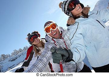 friends, zusammen, ski fahrend