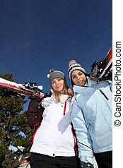 friends, zwei, weibliche , ski fahrend